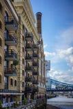 ΛΟΝΔΙΝΟ, UK - 22 ΑΥΓΟΎΣΤΟΥ: Ανακαινισμένο κτήριο αποβαθρών οικονόμων σε Lon Στοκ φωτογραφία με δικαίωμα ελεύθερης χρήσης