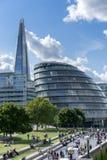 ΛΟΝΔΙΝΟ, UK - 22 ΑΥΓΟΎΣΤΟΥ: Δημαρχείο και το Shard στο Λονδίνο στο Au Στοκ εικόνα με δικαίωμα ελεύθερης χρήσης