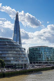 ΛΟΝΔΙΝΟ, UK - 22 ΑΥΓΟΎΣΤΟΥ: Δημαρχείο και το Shard στο Λονδίνο στο Au Στοκ Εικόνες