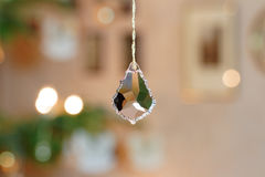 Λοξευμένο κρύσταλλο γυαλιού μπροστά από το υπόβαθρο Christmassy Bokeh Στοκ Εικόνες