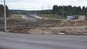 Λοξοδρόμηση ο δρόμος δίπλα στην κατασκευή της άμμου Κίνηση στο δρόμο Εργοστάσια άμμου φιλμ μικρού μήκους