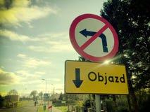 Λοξοδρόμηση Objazd σε στίλβωση, σημάδι οδών Στοκ φωτογραφία με δικαίωμα ελεύθερης χρήσης