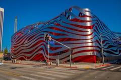 Λος Άντζελες, Καλιφόρνια, ΗΠΑ, 20 ΑΥΓΟΎΣΤΟΥ, 2018: Το αυτοκίνητο μουσείο Petersen βρίσκεται στη λεωφόρο Wilshire εμπρός στοκ εικόνα