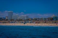 Λος Άντζελες, Καλιφόρνια, ΗΠΑ, 15 ΙΟΥΝΊΟΥ, 2018: Υπαίθρια άποψη της κρατικής παραλίας της Σάντα Μόνικα, στην πλάτη κατοικημένη στοκ φωτογραφία