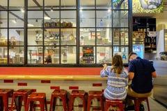 Λος Άντζελες, ΗΠΑ - 8 Αυγούστου 2016: Ζεύγος που έχει το γεύμα στη δροσερή διακόσμηση Knead & κοβαλτίου του φραγμού ζυμαρικών και Στοκ φωτογραφίες με δικαίωμα ελεύθερης χρήσης
