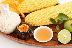 Λοσιόν για να μειώσει τα σκοτεινά σημεία με το καλαμπόκι, το λεμόνι και το μέλι Στοκ εικόνα με δικαίωμα ελεύθερης χρήσης