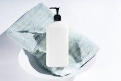 Λοσιόν στο κύπελλο με την πετσέτα Στοκ Εικόνα