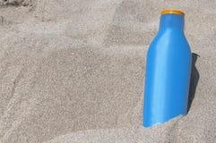 Λοσιόν Suntan στην παραλία με έναν πίνακα κιμωλίας στοκ φωτογραφία