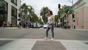 ΛΟΣ ΑΝΤΖΕΛΕΣ, ΗΠΑ - 9 ΜΑΐΟΥ 2019: Κορίτσι που περπατά στην κίνηση ροντέο απόθεμα βίντεο