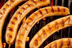 Λουκάνικα βόειου κρέατος στο μαγείρεμα πάνω από τη σχάρα Στοκ Εικόνα