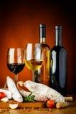 Λουκάνικα και κρασί Στοκ Εικόνες