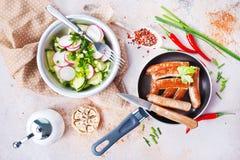 Λουκάνικα και σαλάτα Στοκ Εικόνες