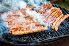Λουκάνικα κρέατος που ψήνονται στη σχάρα Στοκ Εικόνες