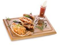 Λουκάνικα κρέατος στον ξύλινο πίνακα Στοκ εικόνα με δικαίωμα ελεύθερης χρήσης