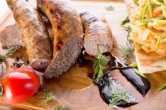 Λουκάνικα κρέατος στον ξύλινο πίνακα Στοκ φωτογραφίες με δικαίωμα ελεύθερης χρήσης