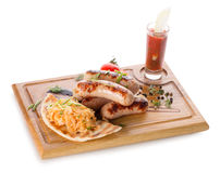 Λουκάνικα κρέατος στον ξύλινο πίνακα Στοκ Φωτογραφία