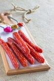 Λουκάνικα, μουστάρδα, χρένο και σάλτσα στα κουτάλια Στοκ Εικόνες