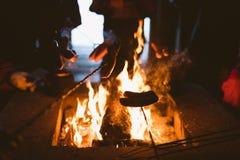 Λουκάνικα πέρα από μια πυρκαγιά στρατόπεδων Στοκ φωτογραφία με δικαίωμα ελεύθερης χρήσης