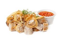 Λουκάνικα που τηγανίζονται με την πικάντικη σάλτσα ντοματών Στοκ Φωτογραφία