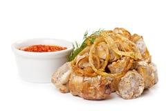 Λουκάνικα που τηγανίζονται με την πικάντικη σάλτσα ντοματών Στοκ Εικόνες