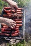 Λουκάνικα στη σχάρα, σχάρα - η σχάρα στη φύση, σας δίνει μια όρεξη και μια απόλαυση στο γούστο των τροφίμων Στοκ Εικόνες