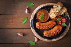 Λουκάνικα στη σχάρα με τα λαχανικά Τοπ όψη Στοκ φωτογραφία με δικαίωμα ελεύθερης χρήσης