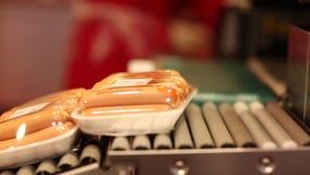 Λουκάνικα συσκευασίας σε μια υπεραγορά φιλμ μικρού μήκους