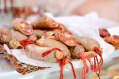 Λουκάνικα φρέσκου κρέατος με τις κόκκινες σειρές στο λευκό Στοκ Εικόνες