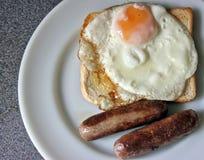 Λουκάνικο, αυγό και φρυγανιά Στοκ φωτογραφίες με δικαίωμα ελεύθερης χρήσης