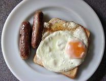 Λουκάνικο, αυγό και φρυγανιά Στοκ Φωτογραφίες