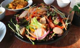 λουκάνικο και φυτική σαλάτα ή μικτή σαλάτα Στοκ Εικόνες