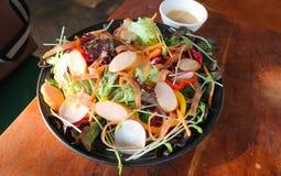 λουκάνικο και φυτική σαλάτα ή μικτή σαλάτα Στοκ φωτογραφίες με δικαίωμα ελεύθερης χρήσης