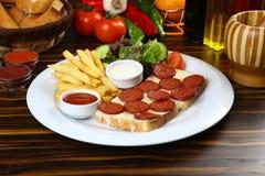 Λουκάνικο με το τυρί στη φέτα του ψωμιού στοκ φωτογραφία με δικαίωμα ελεύθερης χρήσης