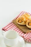 Λουκάνικο που ψήνεται στη ζύμη στο ξύλινο πιάτο με τον καφέ φλυτζανιών Στοκ Εικόνες