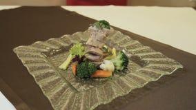Λουκάνικο σε ένα ζευγάρι, πολτοποίηση λαχανικά ρίζας φιλμ μικρού μήκους