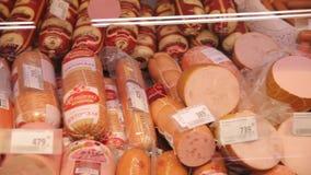 Λουκάνικο στο μετρητή στο κατάστημα, λουκάνικα απόθεμα βίντεο