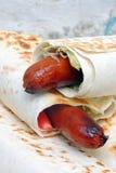 Λουκάνικο στο ψωμί pita Στοκ Εικόνες
