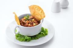 λουκάνικο χοιρινού κρέατος, γαρίδες & χορτοφάγο τηγανισμένο ρύζι σε μια zesty σάλτσα ντοματών Cajun στοκ εικόνα