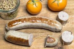 Λουκάνικο χώρας με την κίτρινη ντομάτα και τη χονδροειδή μουστάρδα στοκ φωτογραφία με δικαίωμα ελεύθερης χρήσης