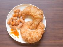 Λουκάνικο Croissant και καρδιών στον ξύλινο πίνακα Στοκ Φωτογραφία