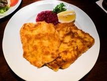Λουκάνικο schnitzel, παραδοσιακό αυστριακό πιάτο Στοκ Εικόνα