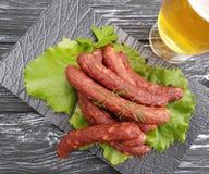 Λουκάνικων μπύρας σαλάτας φύλλων χοιρινού κρέατος γαστρονομική κουζίνα γευμάτων πινάκων οργανική σε έναν ξύλινο πίνακα μαρουλιού  Στοκ φωτογραφία με δικαίωμα ελεύθερης χρήσης