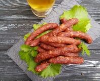 Λουκάνικων σαλάτας φύλλων χοιρινού κρέατος γαστρονομική κουζίνα γευμάτων πινάκων εύγευστη παραδοσιακή σε έναν ξύλινο πίνακα μαρου Στοκ Εικόνες