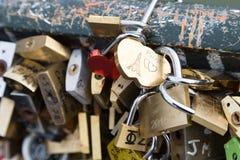 Λουκέτα αγάπης στη γέφυρα Pont des Arts Στοκ Εικόνες