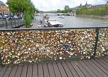 Λουκέτα αγάπης στη γέφυρα Pont des Arts Στοκ Φωτογραφίες