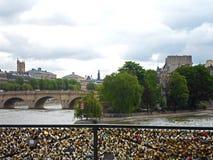 Λουκέτα αγάπης στη γέφυρα Pont des Arts Στοκ εικόνες με δικαίωμα ελεύθερης χρήσης