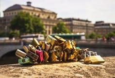 Λουκέτα αγάπης στο Παρίσι Αγαπήστε τα κλειδώματα Στοκ εικόνα με δικαίωμα ελεύθερης χρήσης