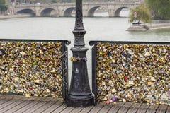 Λουκέτα αγάπης Pont des Arts στη γέφυρα, ποταμός του Σηκουάνα στο Παρίσι Fra Στοκ Εικόνες