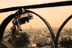 Λουκέτα εραστών σε μια γέφυρα Άποψη από το λόφο Pincian στη Ρώμη, Ιταλία στοκ εικόνες