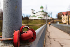 Λουκέτα σε μια για τους πεζούς γέφυρα στο Pskov, Ρωσία Στοκ Φωτογραφία